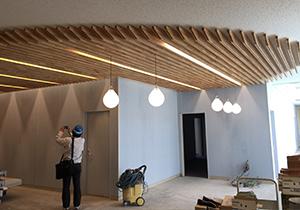 木の温もりと柔らかな光が織りなす天井建築物